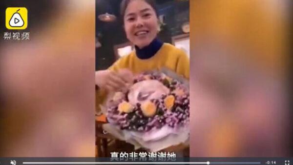 2019年11月8日,重慶潼南區有女子在好姐妹生日席上,送上一束「豬肉花」。(影片截圖)