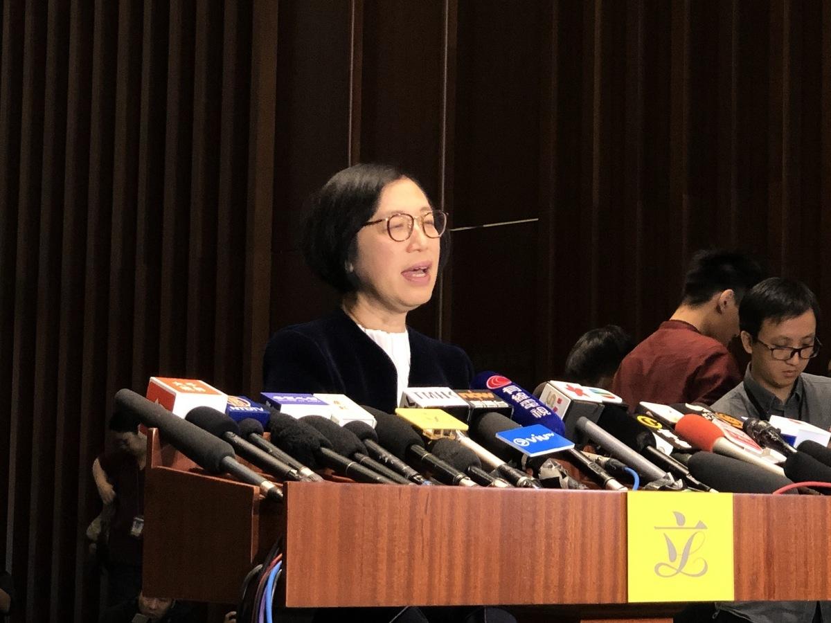 食物及衛生局局長陳肇始在立法會回應記者提問關於「武漢肺炎」的第一至第三項急切質詢。(葉依帆 / 大紀元)