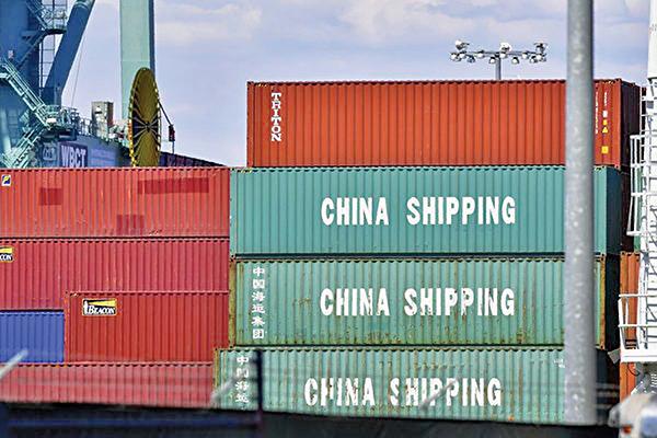 美國2019年11月對華貿易逆差431億美元,創下三年最低。圖為2018年7月6 日,加州長灘港口的一艘貨船上的集裝箱。(Getty Images)