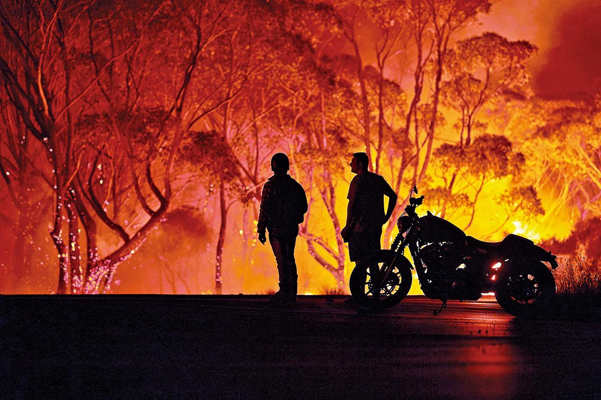 澳洲正面臨史上數一數二嚴重的野火肆虐,目前野火焚燬的面積約相當於3個台灣。(AFP)