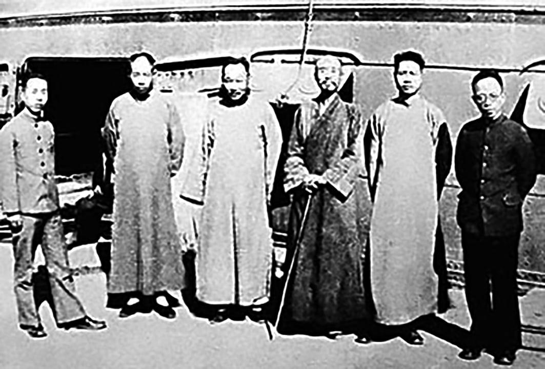 夏丏尊(右四)與李叔同(右三)。(公有領域)