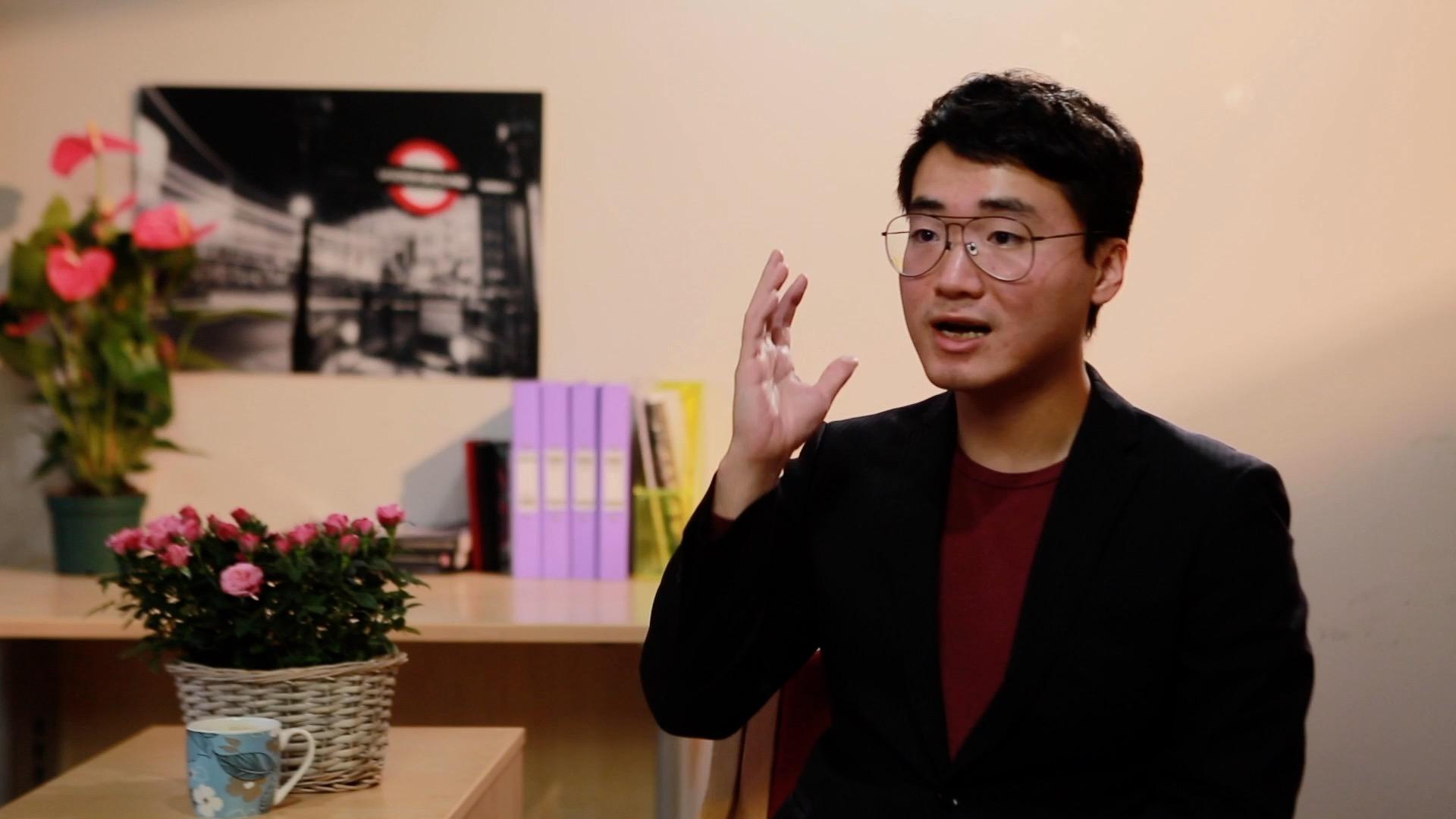 前英國駐香港領館僱員鄭文傑在英國倫敦接受本報專訪,講述被「送中」經過。( 大紀元)