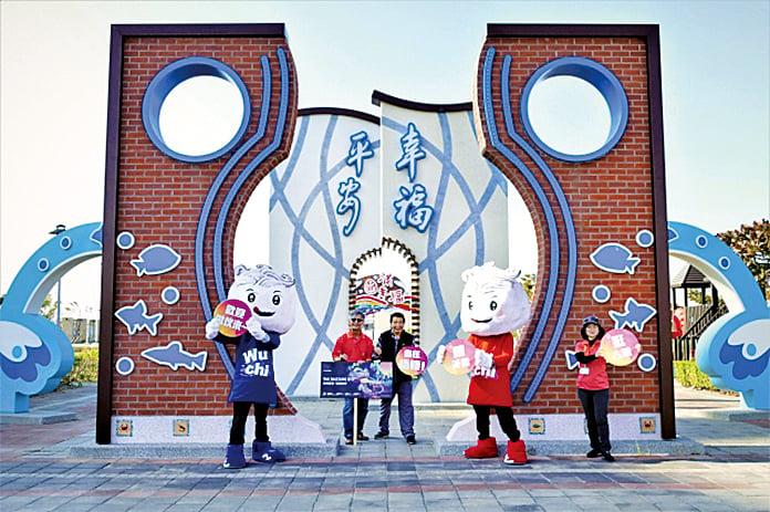 最新完成的「幸福平安門」,就在頂魚寮公園的對街。