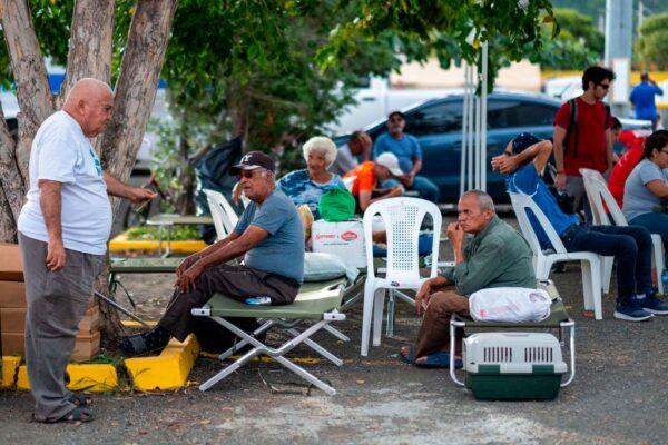 許多波多黎各民眾擔心家園若受到另一波地震侵襲恐怕會倒塌,因此徹夜露宿街頭。(RICARDO ARDUENGO/AFP via Getty Images)