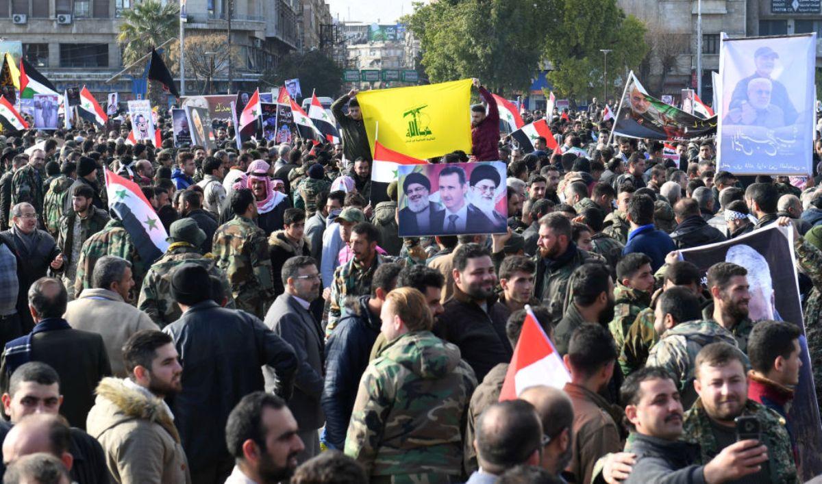 伊朗聖城旅司令蘇萊曼尼(Qasem Soleimani)及幾名伊朗支持的什葉派民兵組織的高級軍官被美軍擊殺後,什葉派真主黨部份軍事人員及其支持者2020年1月7日在一廣場上集會示威。(AFP via Getty Images)