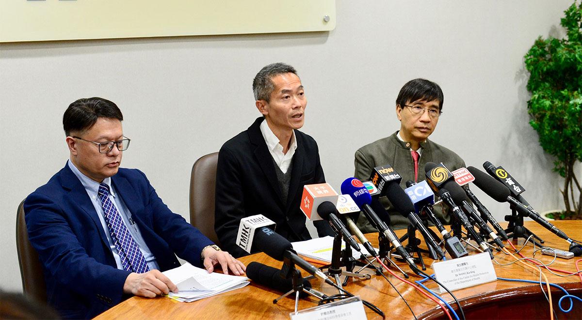 大陸初步判定武漢肺炎為新型冠狀病毒,香港衛生防護中心總監黃加慶(中)表示,已與大陸衛健委聯繫,以取得該新型冠狀病毒的相關資料。(宋碧龍/大紀元)