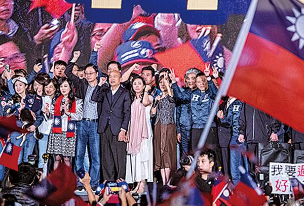 國民黨總統候選人韓國瑜昨晚在台北市凱達格蘭大道舉辦造勢晚會,大會稱有100萬人參加。前總統馬英九及前副總統連戰等到場支持。(Carl Court/Getty Images)