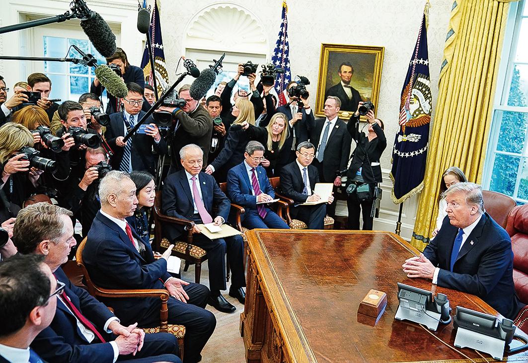 劉鶴與美方談判屢屢無功而返,圖為特朗普與劉鶴會面。(AFP)