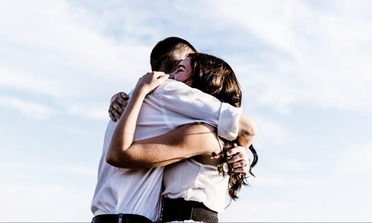 擁抱是信任和情感的有力表達。擁抱促進催產素的釋放,從而對人們的情緒產生影響。(Priscilla Du Preez/Unsplash)