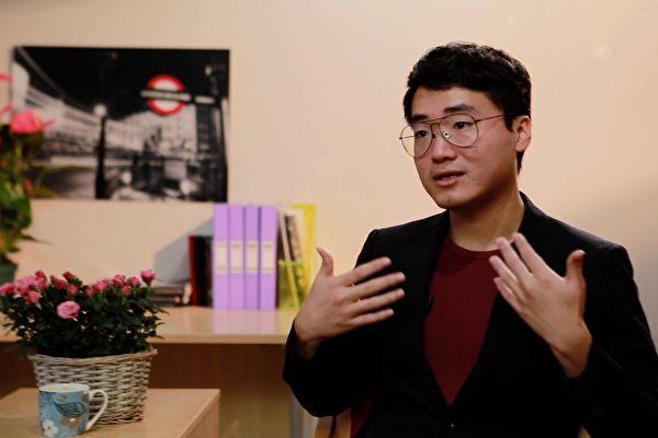 英國駐港領館前雇員鄭文傑(Simon Cheng)日前在英國接受大紀元獨家專訪,詳述了自己在西九龍高鐵站被「送中」,在深圳被酷刑對待、被逼認罪,及出獄後在香港、台灣被跟蹤恐嚇的經歷。但為避免家人被中共騷擾,鄭文傑昨日(9日)深夜在Facebook發表聲明表示,決定與他們斷絕一切關係。(大紀元)