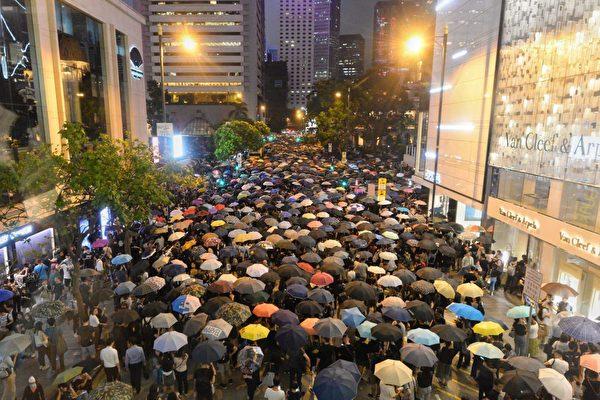 2019年8月2日公務員集會參加者逼滿遮打花園,人潮延至對面馬路。(宋碧龍/大紀元)