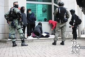 警方於英領館範圍內執法  抗爭者佈置抗爭文宣被捕