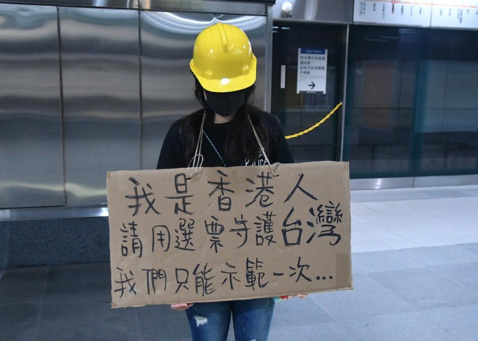 有台灣民眾路過見到年輕香港女生手中牌上的字語,感動得落淚。(獨立媒體)
