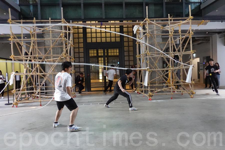 曹德寶、TS Crew表演的《白薑花》。(曾蓮/大紀元)