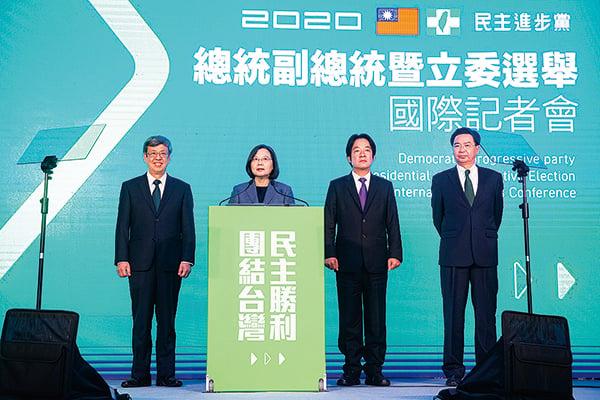 1月11日,蔡英文(左2)贏得2020台灣總統大選,並在晚間召開國際記者會發表勝選談話。(陳柏州/大紀元)