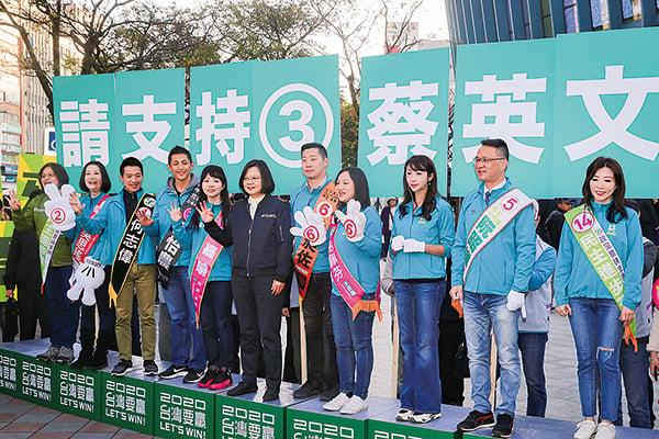 民進黨1月2日舉辦全台同步站路口拜票活動,總統蔡英文(前右6)一早現身台北小巨蛋替立委候選人加油打氣。(大紀元資料圖片)