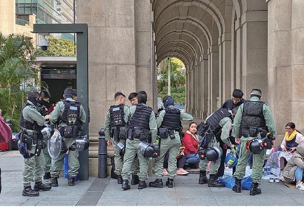 愛丁堡廣場集氣大會前後,防暴警察在港鐵中環站一帶截查年青人,欲阻嚇市民參加集會。(宋碧龍/大紀元)