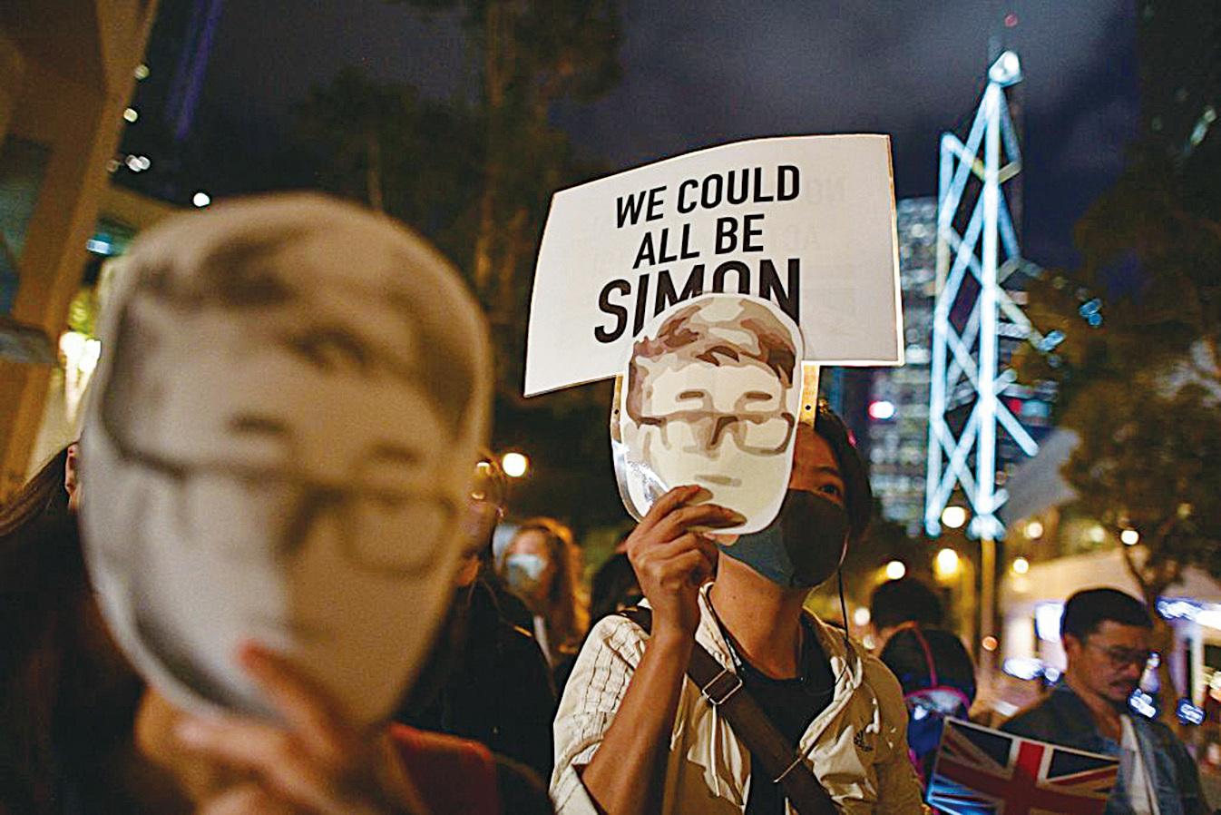 2019年11月29日,港人舉行聲援鄭文傑的集會,並向英國駐香港總領事館遞交請願信。(Chris McGrath/Getty)