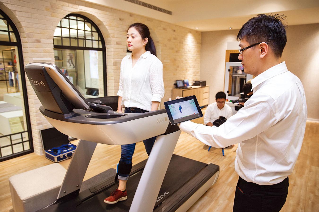 台灣鞋業品牌與醫學中心合作,以全方位科技量腳系統帶來客製化的新服務體驗。(大紀元)