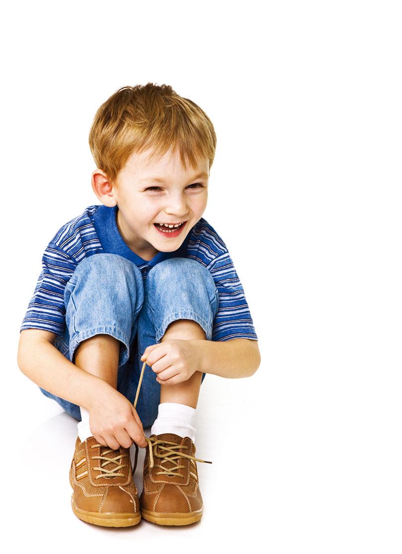 小朋友的鞋子要選擇彈性好的,建議購買有品牌的鞋款。(Fotolia)