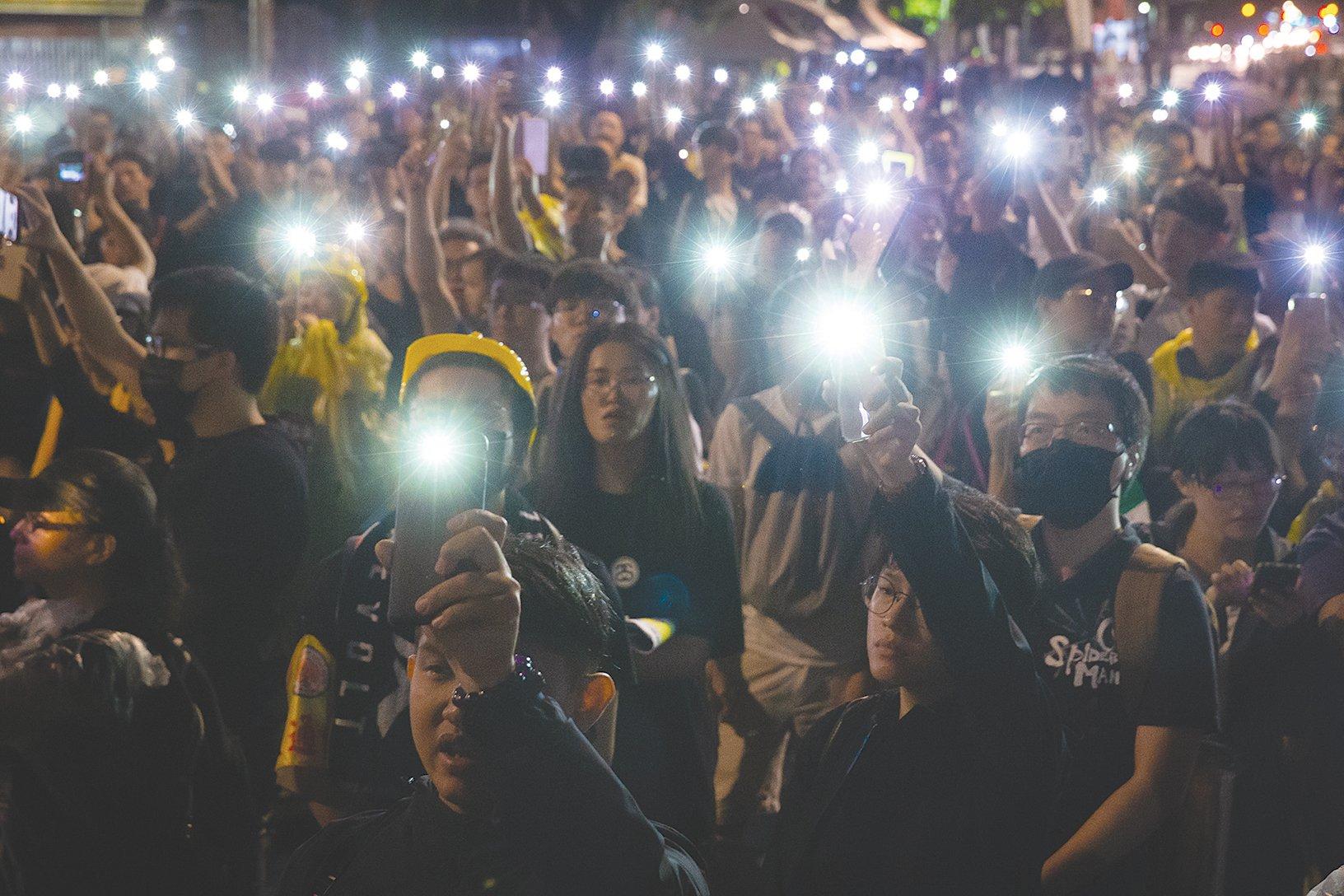2019年9月29日,台灣多個民間團體在台北發起「929台港大遊行—撐港反極權」活動,晚間在立法院外舉行聲援晚會,民眾以手機燈海方式聲援香港。(陳柏州/大紀元)