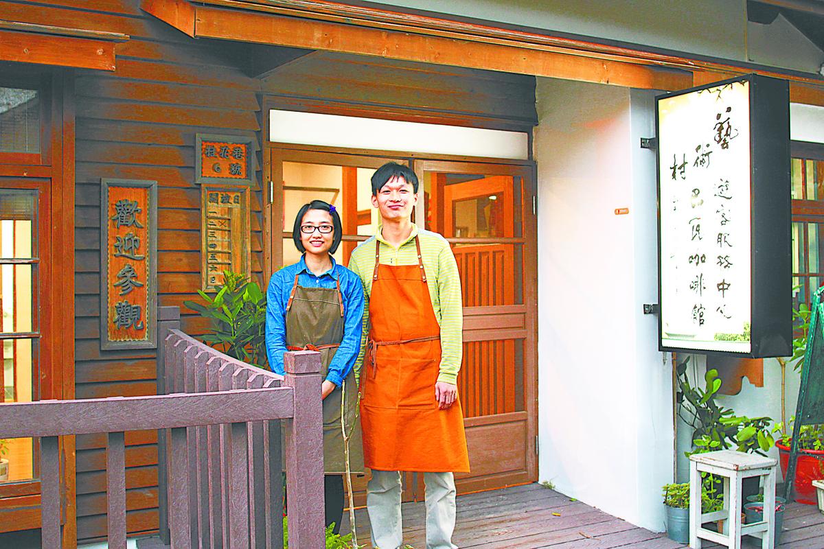 曾在電子公司上班的業者黃鴻棋與妻子李林,因電子業的工作優勢不再,夫妻倆轉換跑道決定開創咖啡店副業。(圖/郭益昌)