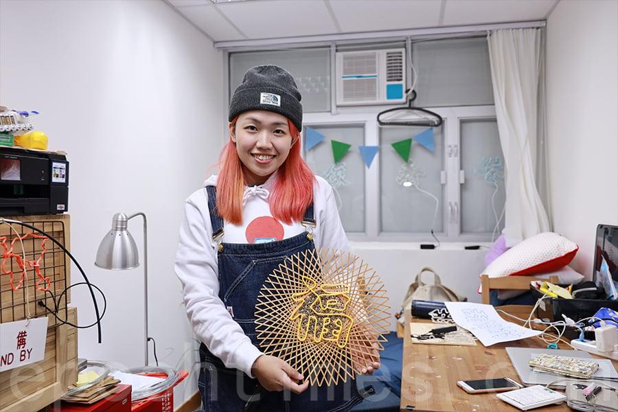 去年Polly和一位做竹製編織的朋友一起合作,製作了一個「福」字手工燈,充滿自然氣息的揮春。(陳仲明/大紀元)