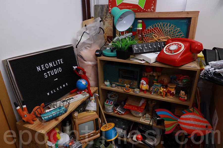 在Polly工作室的一隅,收藏著不少懷舊玩具。(陳仲明/大紀元)