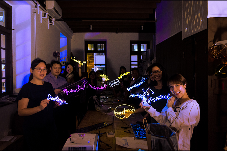 學員們展示製作好的手工燈。(受訪者提供)