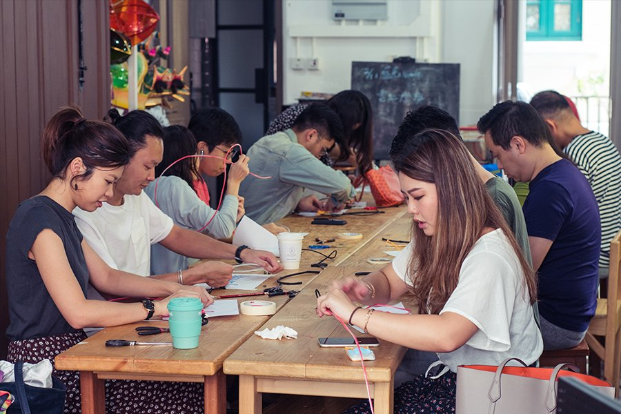 學員們製作手工燈。(受訪者提供)