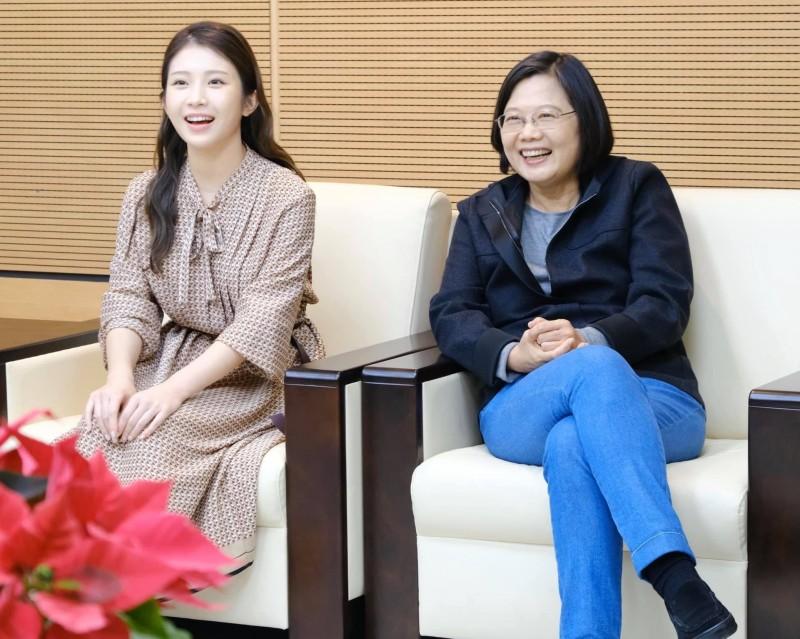 雞排妹(左)選前表態支持蔡英文(右)。(圖片來源:鄭家純臉書)