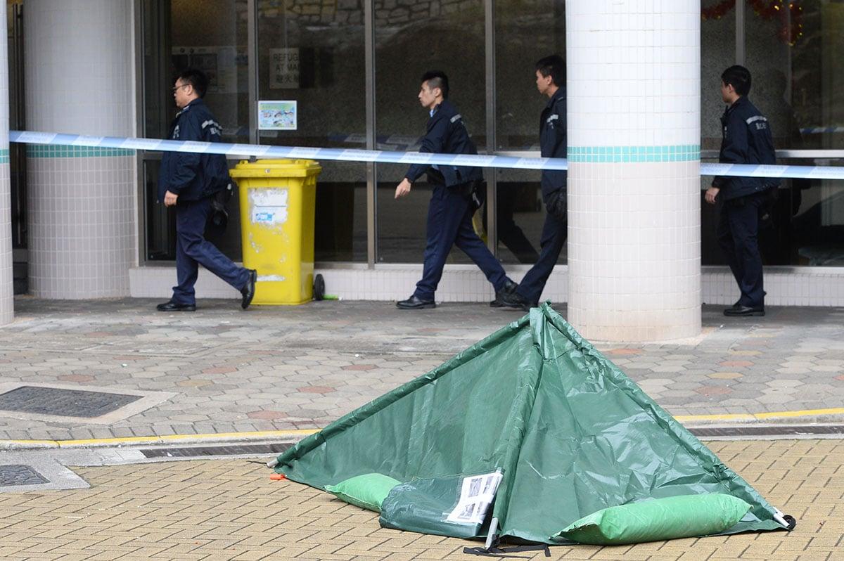 一名男子昨日在油塘紀律部隊宿舍高翔苑高康閣墮樓死亡,一批警員到場調查。(宋碧龍/大紀元)