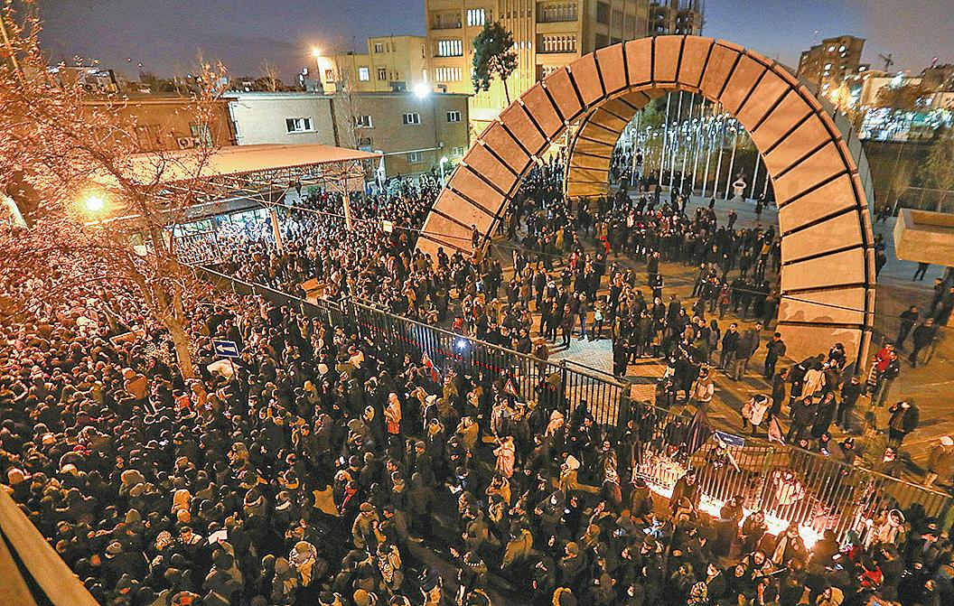 2020年1月11日,伊朗德黑蘭民眾聚集在一所大學前抗議該國政府「誤擊」烏克蘭航空公司的班機。(AFP)