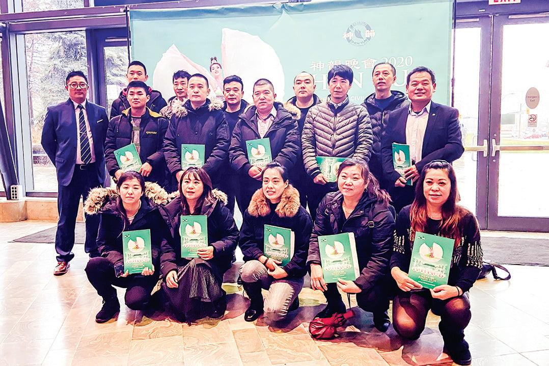 17名剛來加拿大的中國大陸人一起觀看神韻演出。(滕冬育/大紀元)