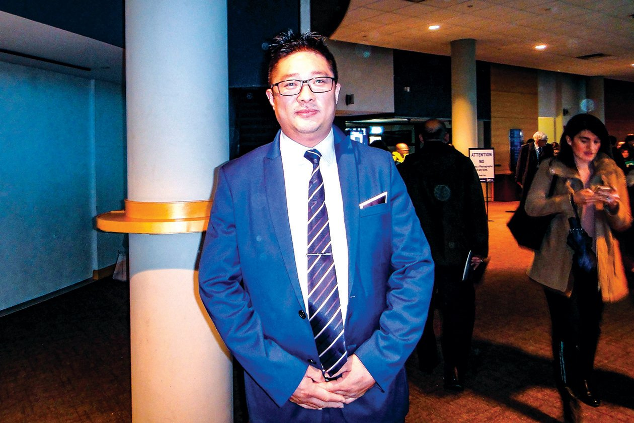 王先生近日連看兩場神韻演出,表示3月份還會去多倫多再看一場。(滕冬育/大紀元)
