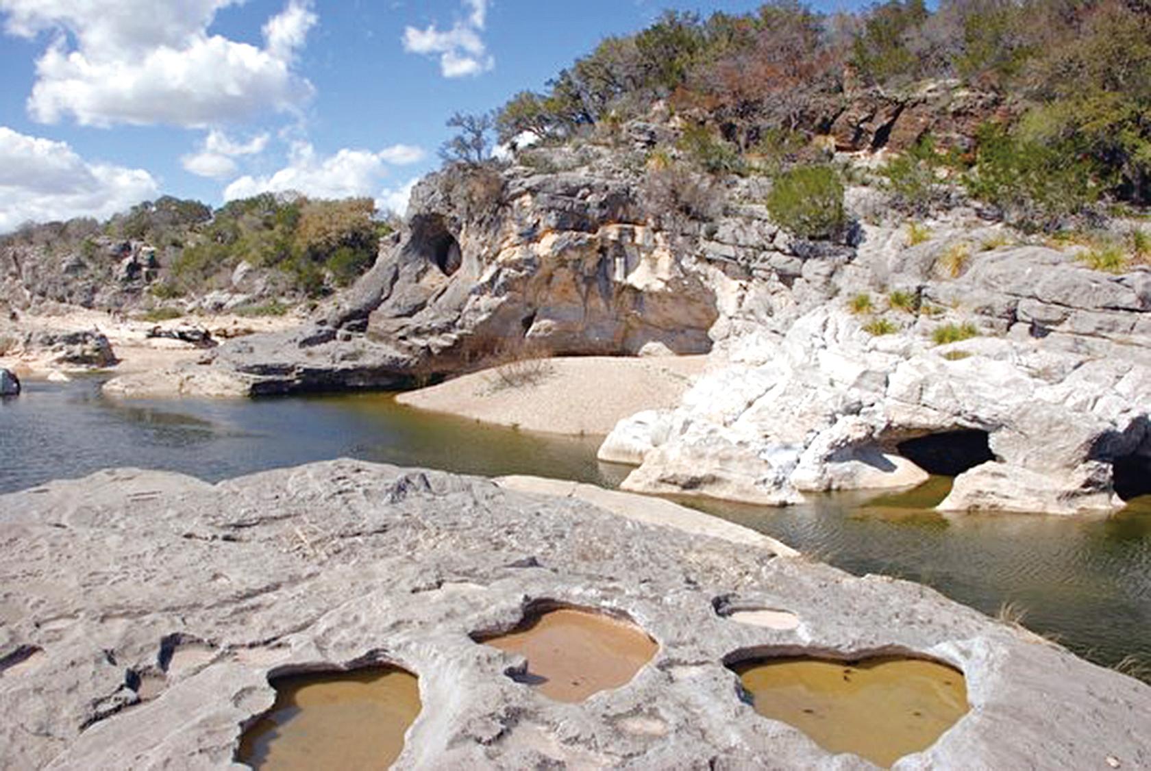 「山丘之鄉」遍佈水溶性的石灰岩,長年被河川侵蝕後形成喀斯特地貌。