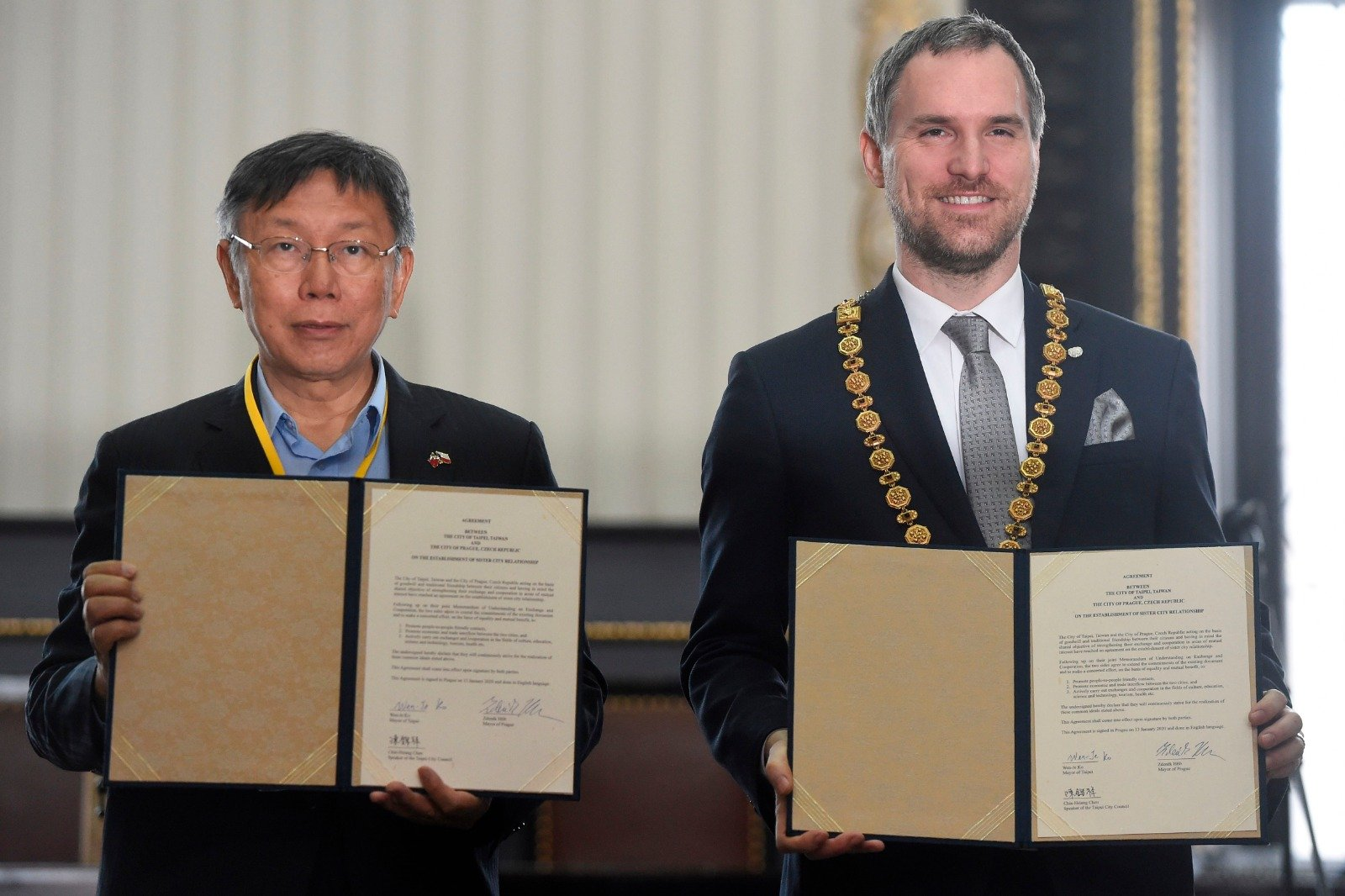 捷克首都布拉格市長賀瑞卜在1月13日與來訪的台北市長柯文哲簽署姐妹城市協議。(MICHAL CIZEK/AFP via Getty Images)