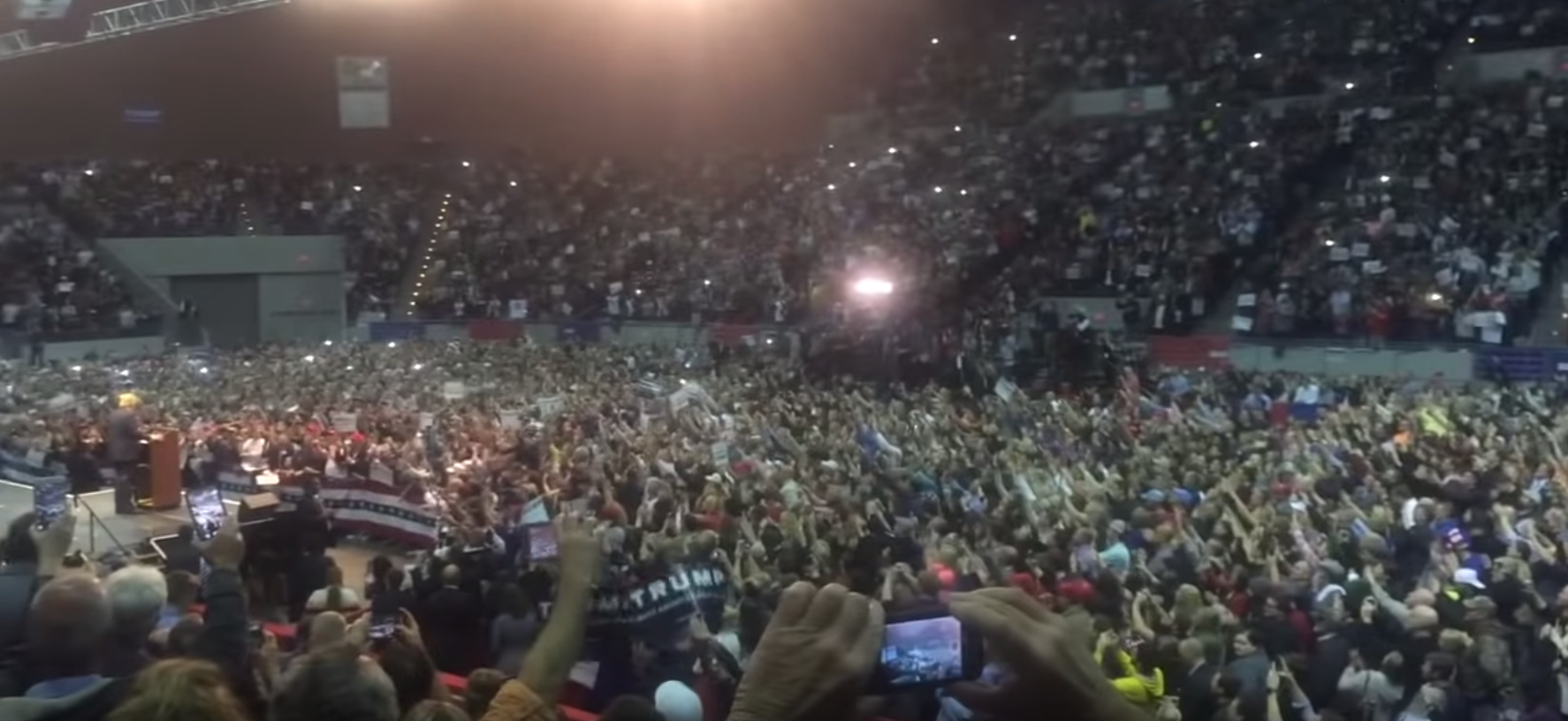 2016年一月,佛羅里達州某一特朗普競選集會。The TRUTH about Donald Trump's Rally- I went to Investigate!! Pensacola, Florida(影片截圖)