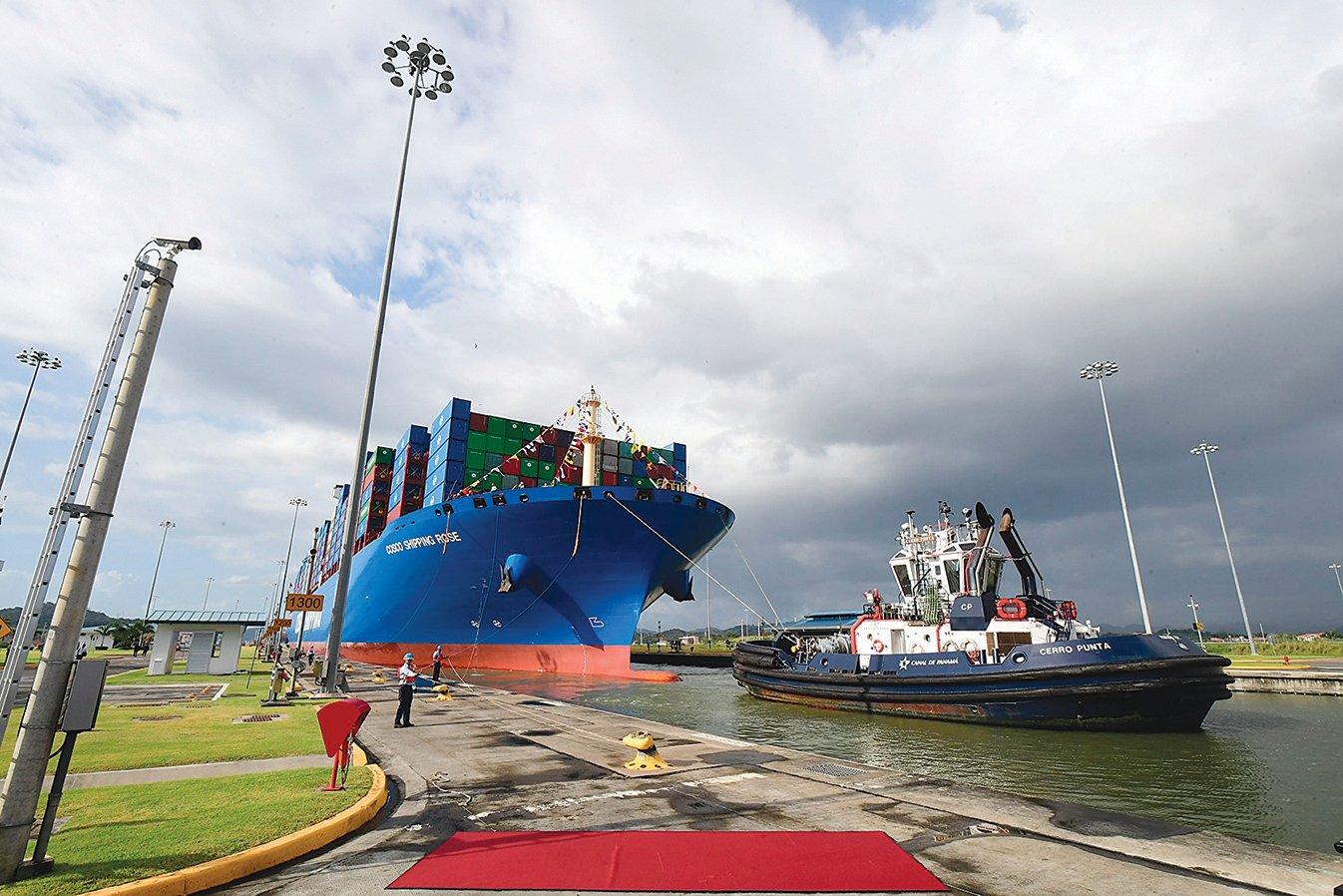 中共正在進行交易的約有 56 個不同水準的港口,其中包括巴拿馬運河兩側的港口。圖為中遠集團貨櫃船正在通過巴拿馬運河。(LUIS ACOSTA/AFP via Getty Images)