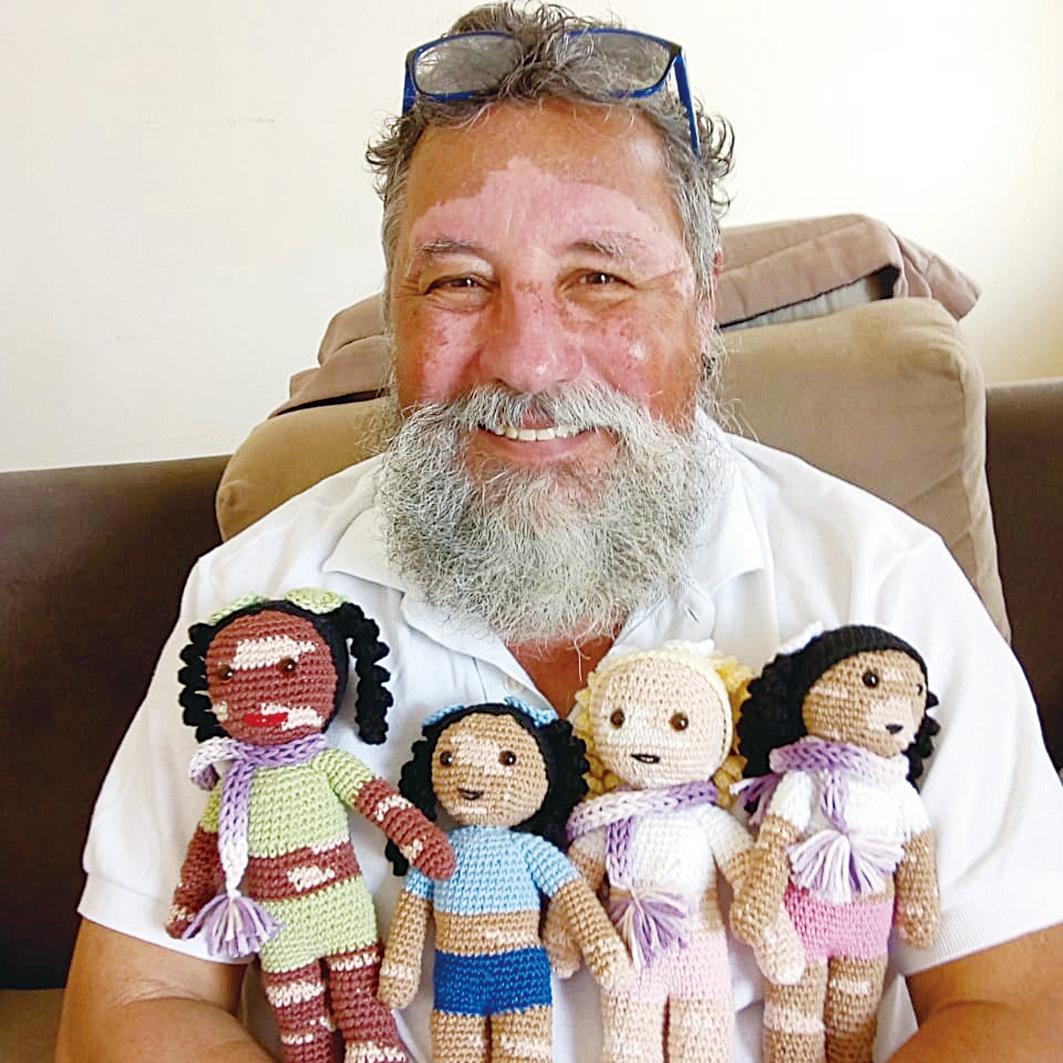 爺爺和他手工編織的白化娃娃。他把這些娃娃送給患有此病的兒童。(Joao Stanganelli Junior FB)