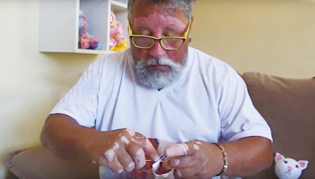 現在爺爺酷愛鉤針編織。(影片截圖)
