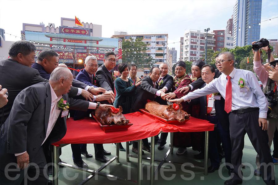 祭祀儀式禮成,族人舉行切燒豬儀式。(陳仲明/大紀元)
