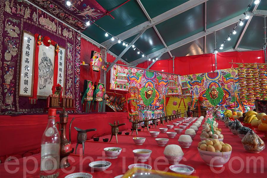 祭典場所佈置傳統講究,擺設眾多潮繡、特色祭品器物、官銜牌及官銜燈。(陳仲明/大紀元)