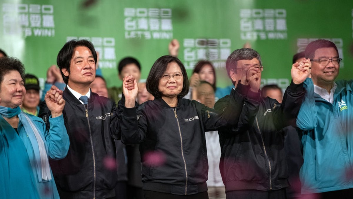 圖為蔡英文和民進黨勝選後與選民一同慶賀。(Carl Court/Getty Images)