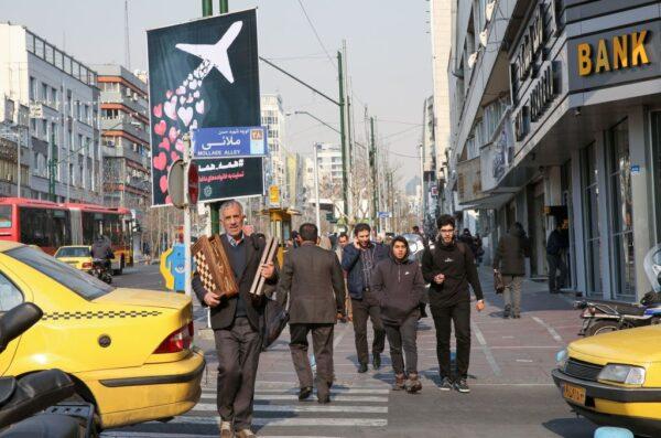 2020年1月13日,伊朗製作海報,紀念烏克蘭客機的遇難者。(ATTA KENARE/AFP via Getty Images)