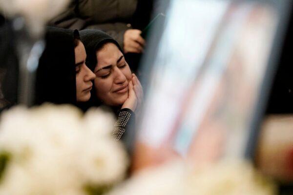 民眾悼念烏克蘭客機遇難者。(GEOFF ROBINS/AFP via Getty Images)