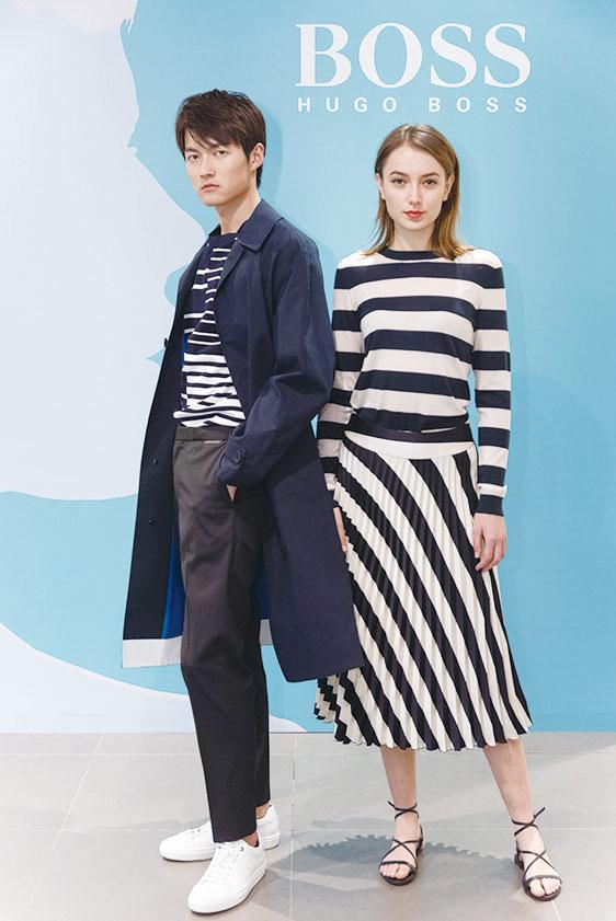 女裝百摺半截裙上綴飾對角斜紋,可營造出對比效果。(BOSS提供)
