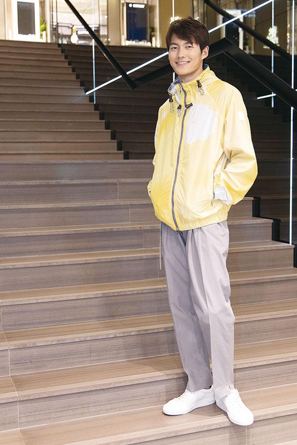 男裝清爽的風褸及綿質恤衫,使用仿紮染效果的淺黃圖案,彷彿進入繪畫世界。(陳仲明/大紀元)