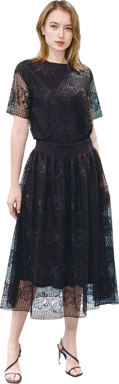 流麗的黑色半身裙及上衣飾上蕾絲花卉,展現女性的優雅氣質。(BOSS提供)