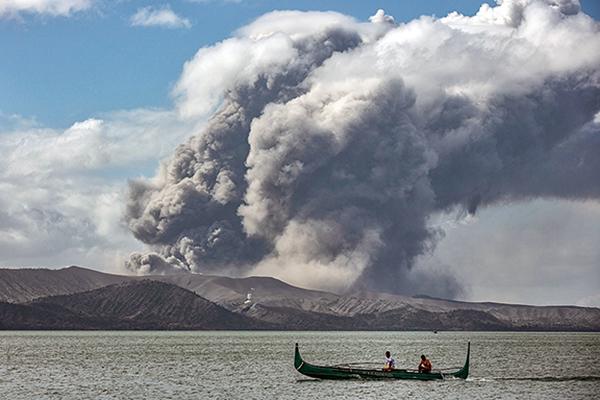 菲律賓火山噴八百米高熔岩